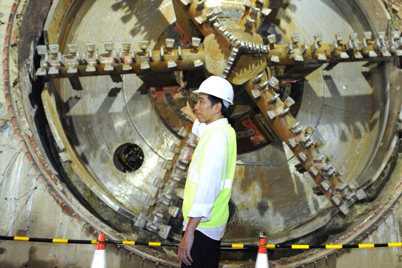 Presiden Joko Widodo meninjau perkembangan proyek MRT di Jakarta, Kamis (23/2).