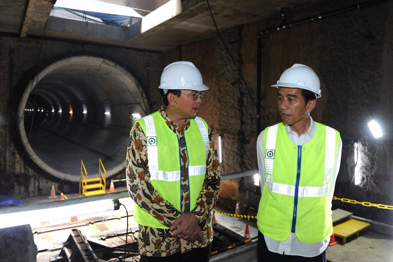 Presiden Joko Widodo (kanan) dan Gubernur DKI Jakarta Basuki T. Purnama berbincang saat meninjau perkembangan proyek MRT di Jakarta, Kamis (23/2).