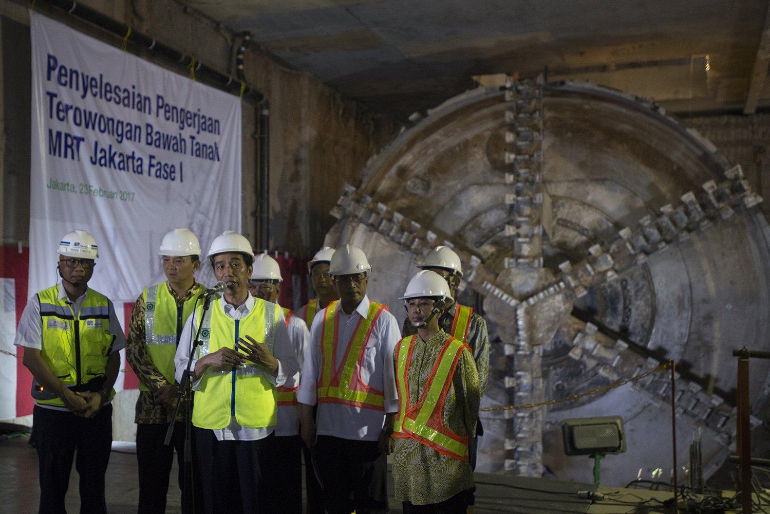 Presiden Joko Widodo (ketiga kiri) didampingi Menteri BUMN Rini Soemarno (kanan), Menteri Perhubungan Budi Karya (kedua kanan), Gubernur DKI Jakarta Basuki T. Purnama (kedua kiri) meninjau perkembangan proyek MRT di Jakarta, Kamis (23/2).