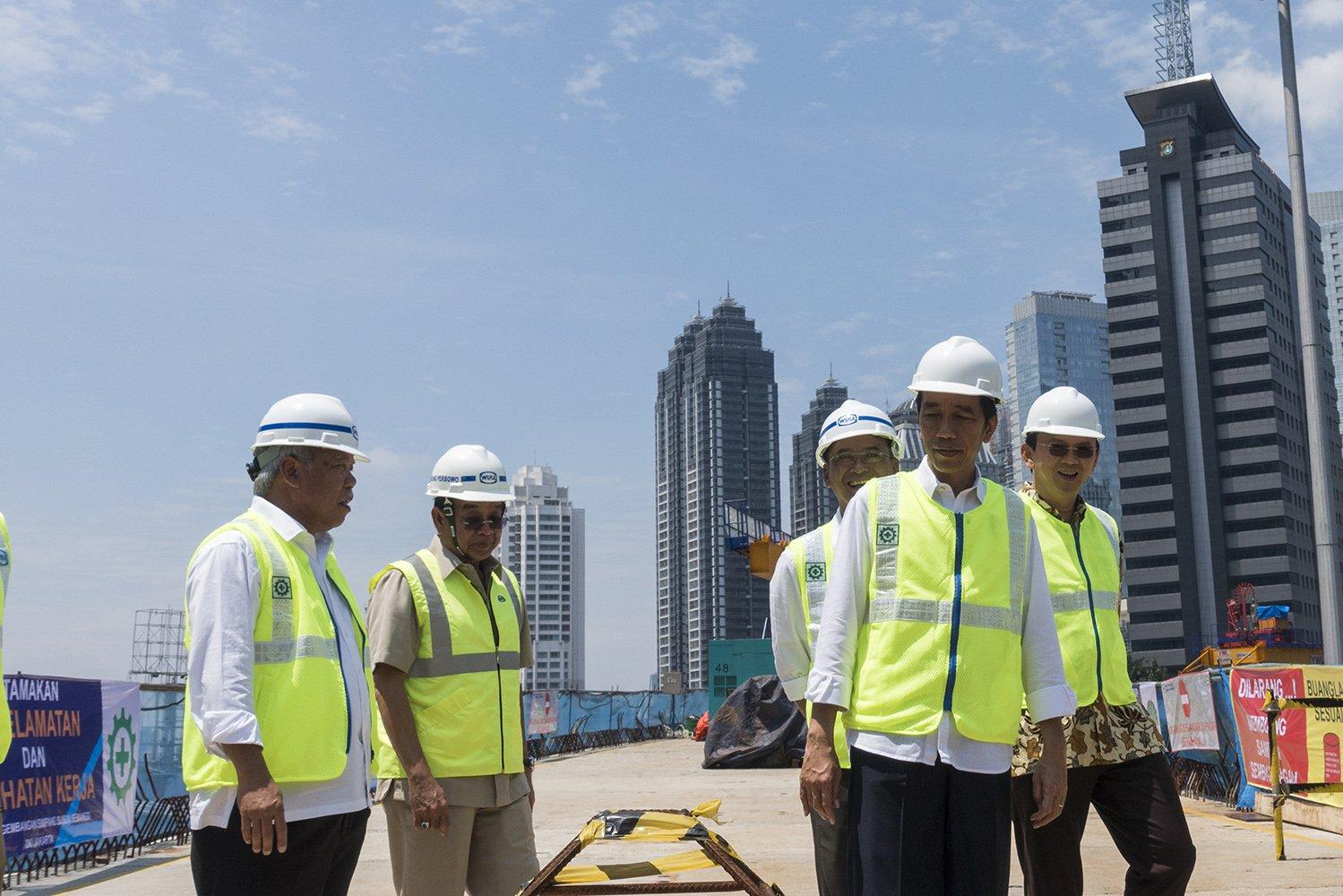 Presiden Joko Widodo (kedua kanan) didampingi Menteri Perhubungan Budi Karya (ketiga kanan), Menteri PUPR Mochamad Basoeki Hadimoeljono (kiri), Gubernur DKI Jakarta Basuki T. Purnama (kanan), dan Dirut WIKA Bintang Perbowo (kedua kiri) meninjau proyek simpang susun Semanggi, di kawasan Semanggi, Jakarta, Kamis (23/2).