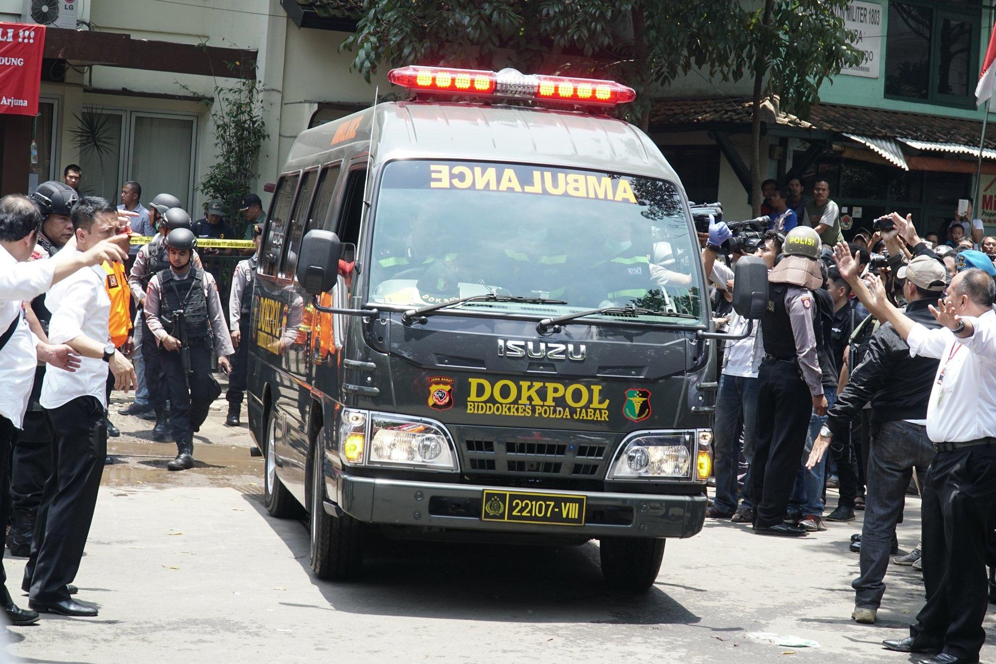 Ambulans membawa terduga teroris keluar dari kantor Kelurahan Arjuna, Cicendo, Bandung, Jawa Barat, Senin (27/2). Pelaku teror bom, YC, tewas dalam perjalanan saat hendak dibawa ke RS Bhayangkara Sartika Asih, Bandung.