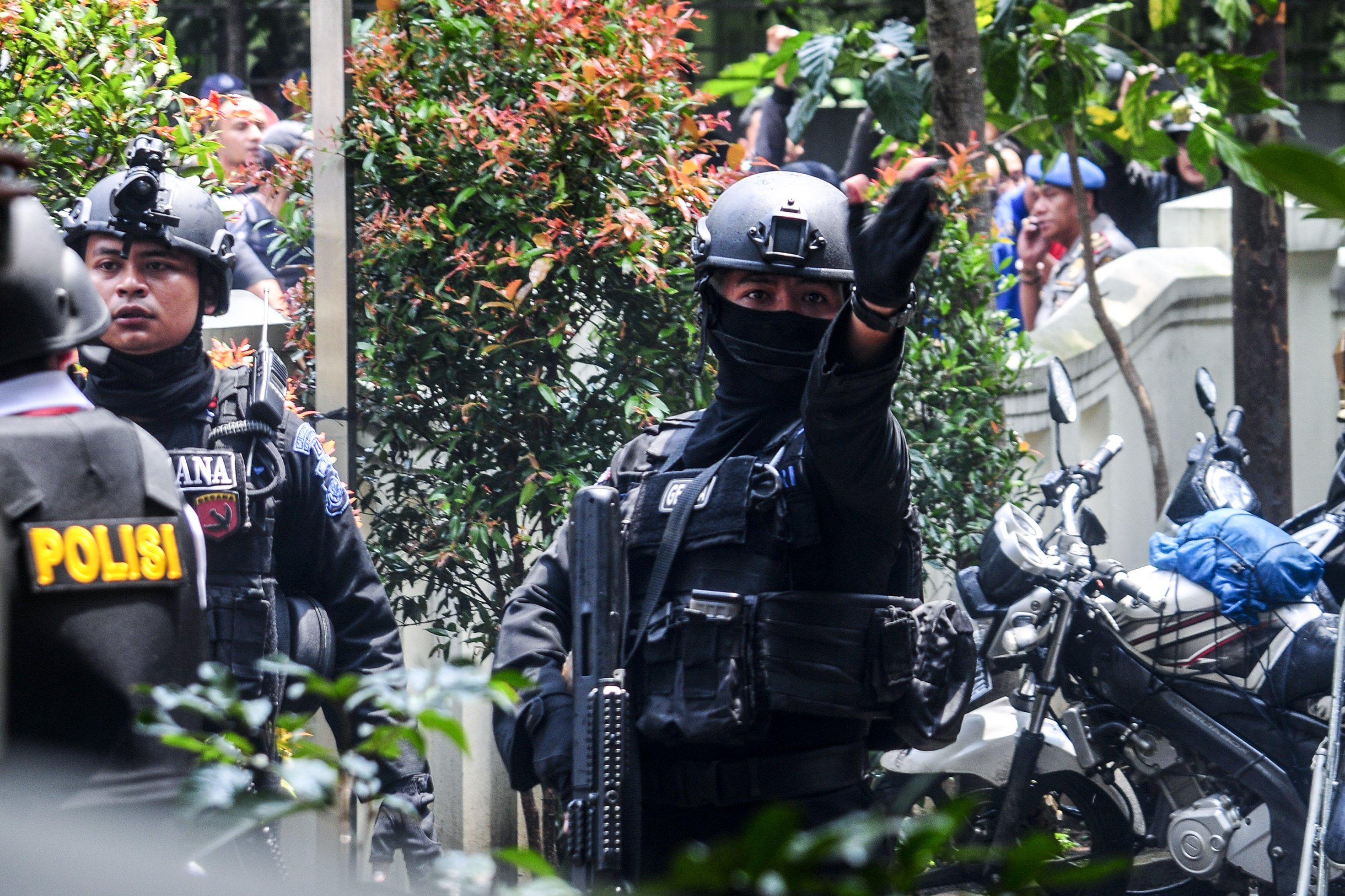Petugas kepolisian bersenjata lengkap siap melumpuhkan terduga teroris YC, di Kantor Kelurahan Arjuna, Bandung, Jawa Barat, Senin (27/2).
