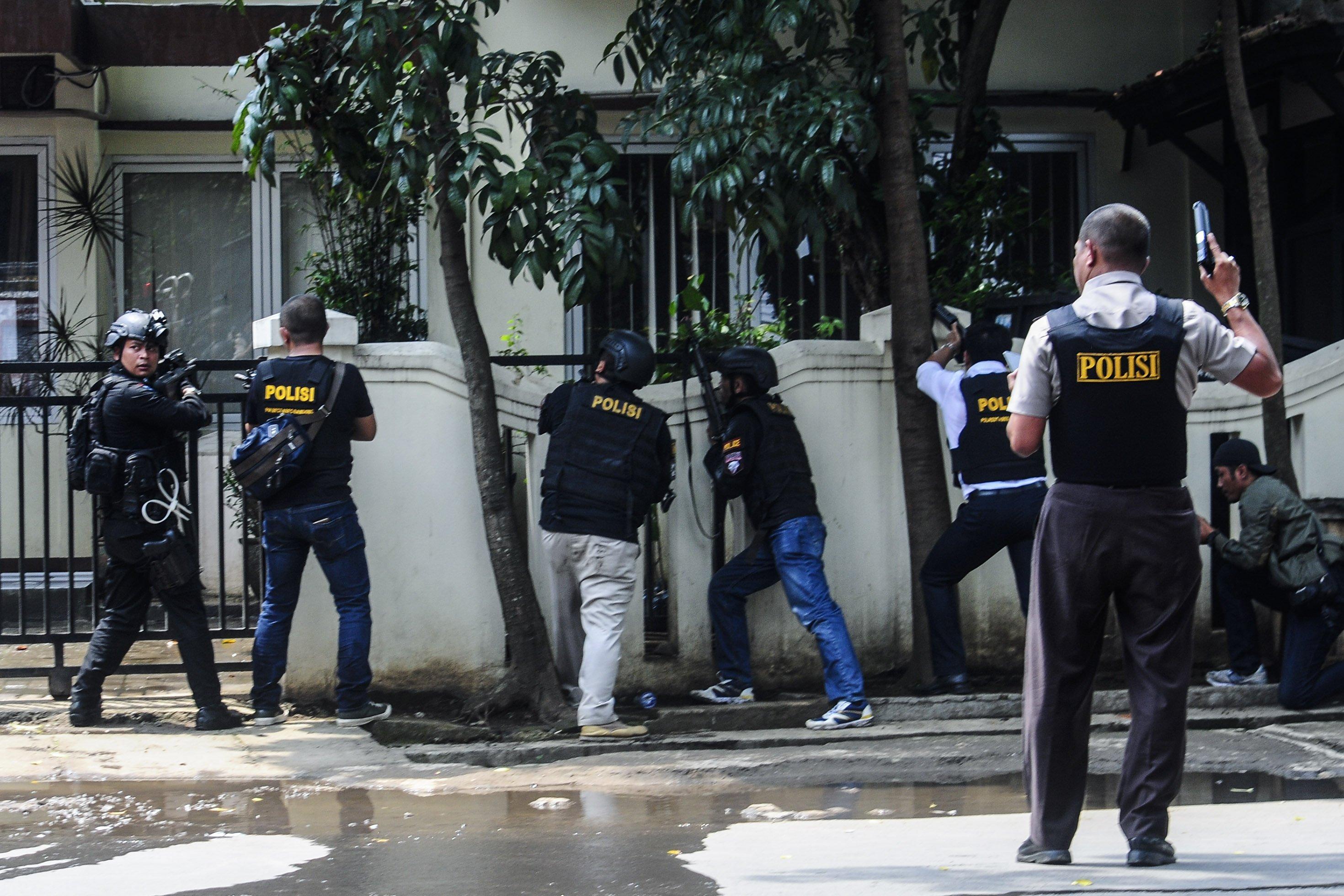 Kepolisian berhasil menangkap seorang pria terduga teroris yang meledakkan benda yang diduga