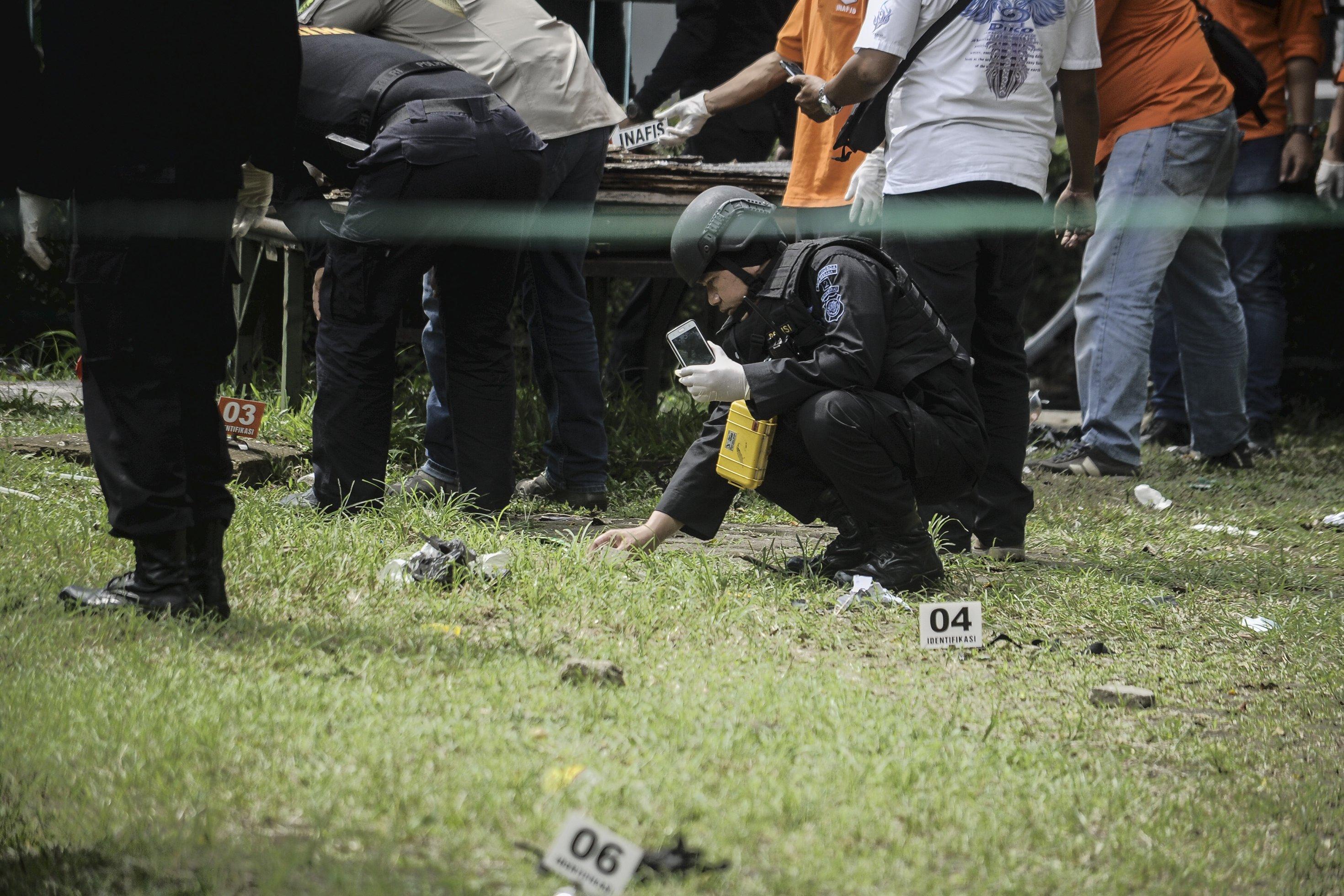 Tim Jibom dan Inafis melakukan olah TKP lokasi ledakan diduga bom panci di taman Pandawa, Bandung, Jawa Barat, Senin (27/2).