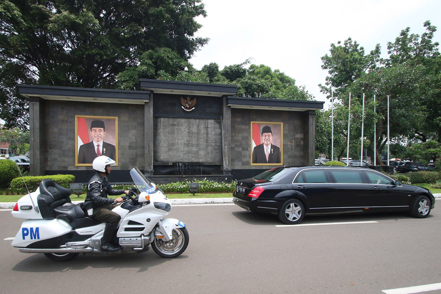 Pasukan Pengamanan Presiden (Paspampres) menggelar geladi bersih pengamanan kedatangan Raja Arab Saudi, Raja Salman bin Abdul Aziz, di Bandara Halim Perdanakusuma, Jakarta, Sabtu (25/2). Raja Salman bin Abdul Aziz akan berkunjung ke Indonesia pada 1 Maret 2017 mendatang dengan membawa 1.500 rombongan.