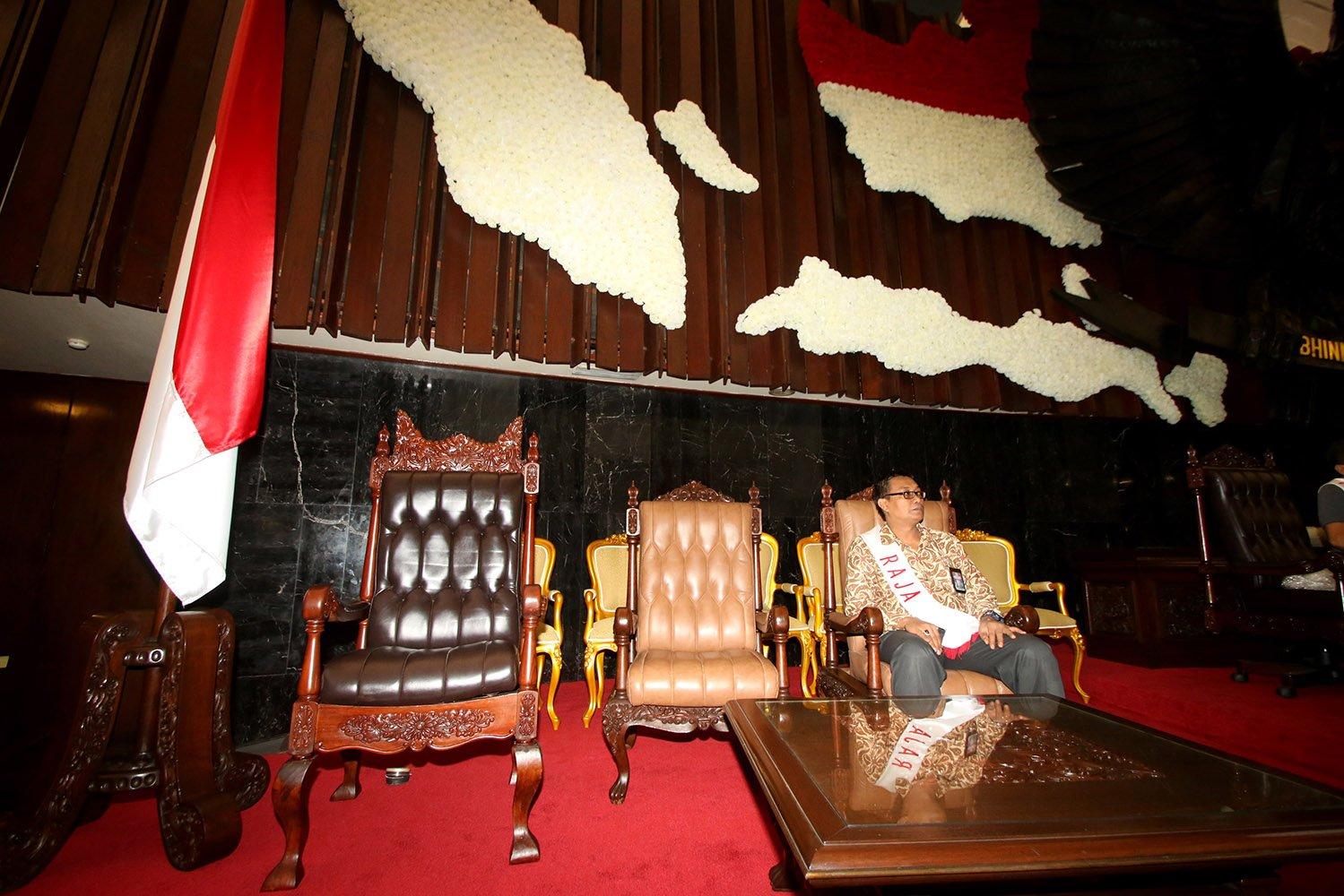 Pasukan Pengamanan Presiden (Paspampres) memasuki Ruang Rapat Paripurna satu saat melakukan persiapan kedatangan Raja Arab Saudi, Raja Salman bin Abdul Aziz di Kompleks Parlemen, Senayan, Jakarta, Sabtu (25/2). Ketua DPR Setya Novanto memastikan kesiapan parlemen menyambut Raja Salman sudah 80 persen.