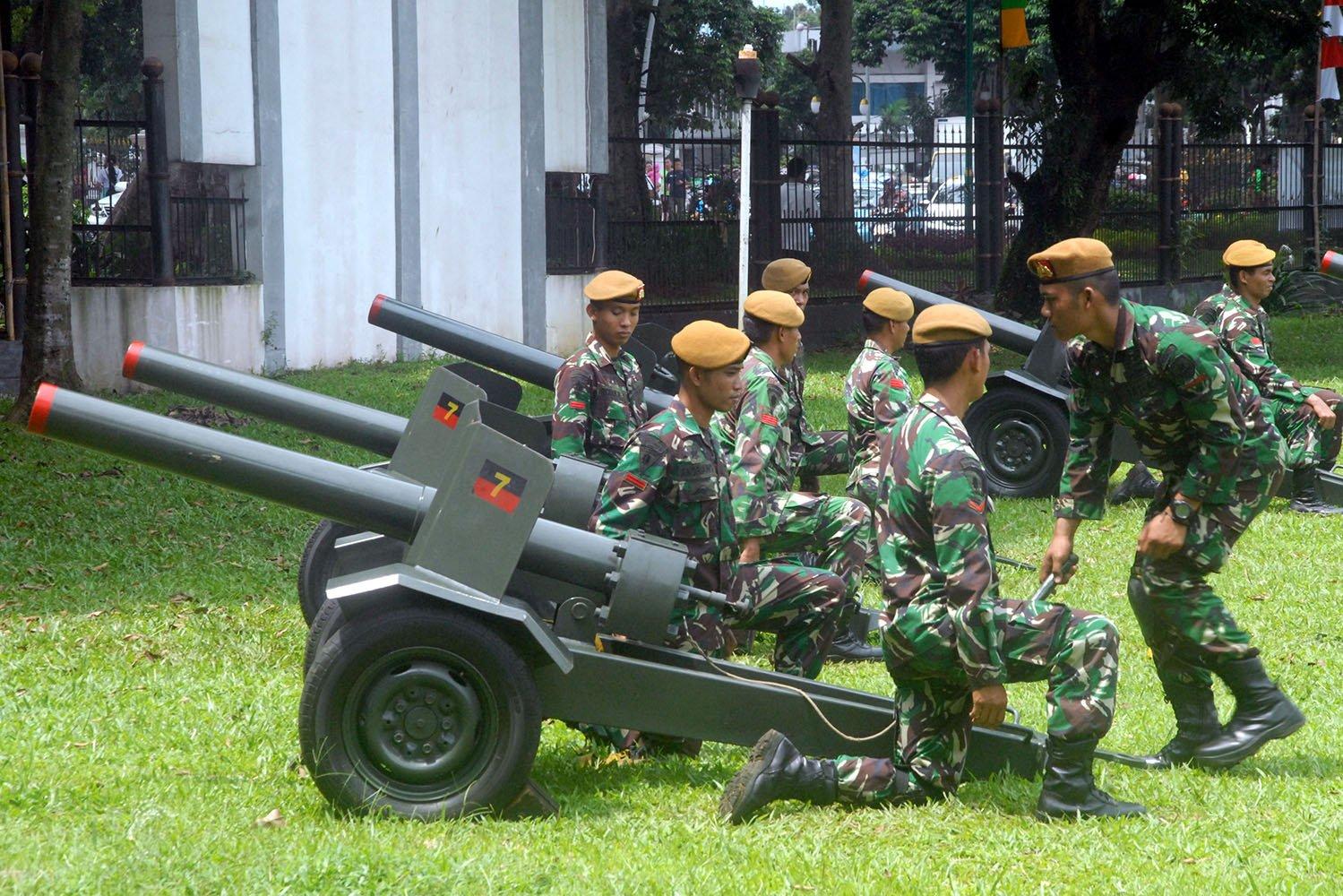 Anggota TNI AD Yon Armed-7/105 GS Bekasi memepersiapkan meriam kaliber 75 mm saat uji coba di Kota Bogor, Jawa Barat, Sabtu (25/2). Enam meriam jenis Saluting buatan Rusia disiapkan untuk menyambut kedatangan Raja Arab Saudi, Raja Salman Bin Abdul Aziz Al-Saud ke Istana Bogor.