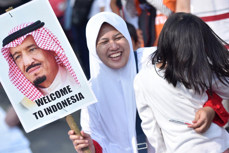 Seorang warga membawa poster Raja Arab Saudi Salman bin Abdulaziz Al Saud ketika pelaksanaan Car Free Day di Bundaran HI Jakarta, Minggu (26/2). Kegiatan itu untuk menyambut kedatangan Raja Salman ke Indonesia pada 1-9 Maret mendatang.