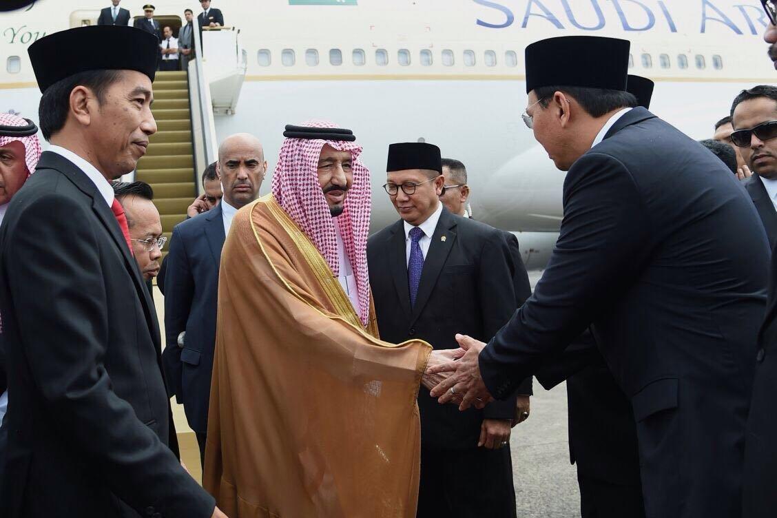 Kedatangan Raja Salman disambut oleh Presiden Joko Widodo dan Gubernur DKI Jakarta Basuki Tjahaja Purnama di Bandar Udara Halim Perdanakusuma, Jakarta, Rabu (1/3).