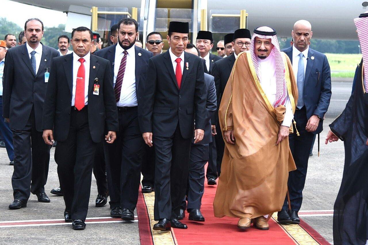 Jokowi sambut Raja Salman di Bandara Halim Perdanakusuma, Jakarta, Rabu, (01/02). Rusman/Biro Set Pres