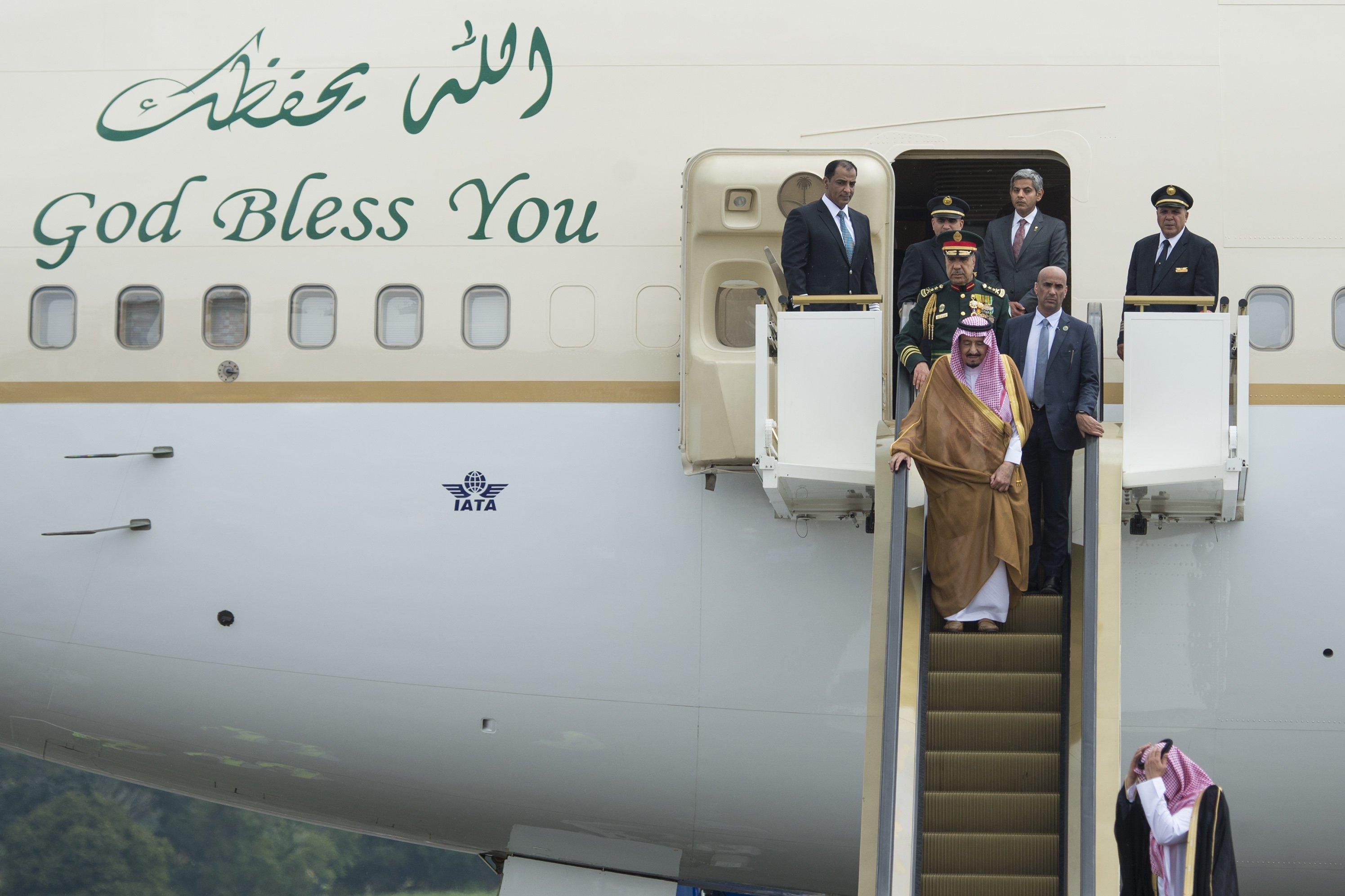 Raja Salman bin Abdulaziz Al-Saud dari Arab Saudi (tengah) tiba di Bandara Halim Perdanakusuma, Jakarta, Rabu (1/3). Kunjungan kenegaraan Raja Salman pada 1-9 Maret ke Indonesia diharapkan menjadi momentum untuk mendorong investasi dari Timur Tengah.