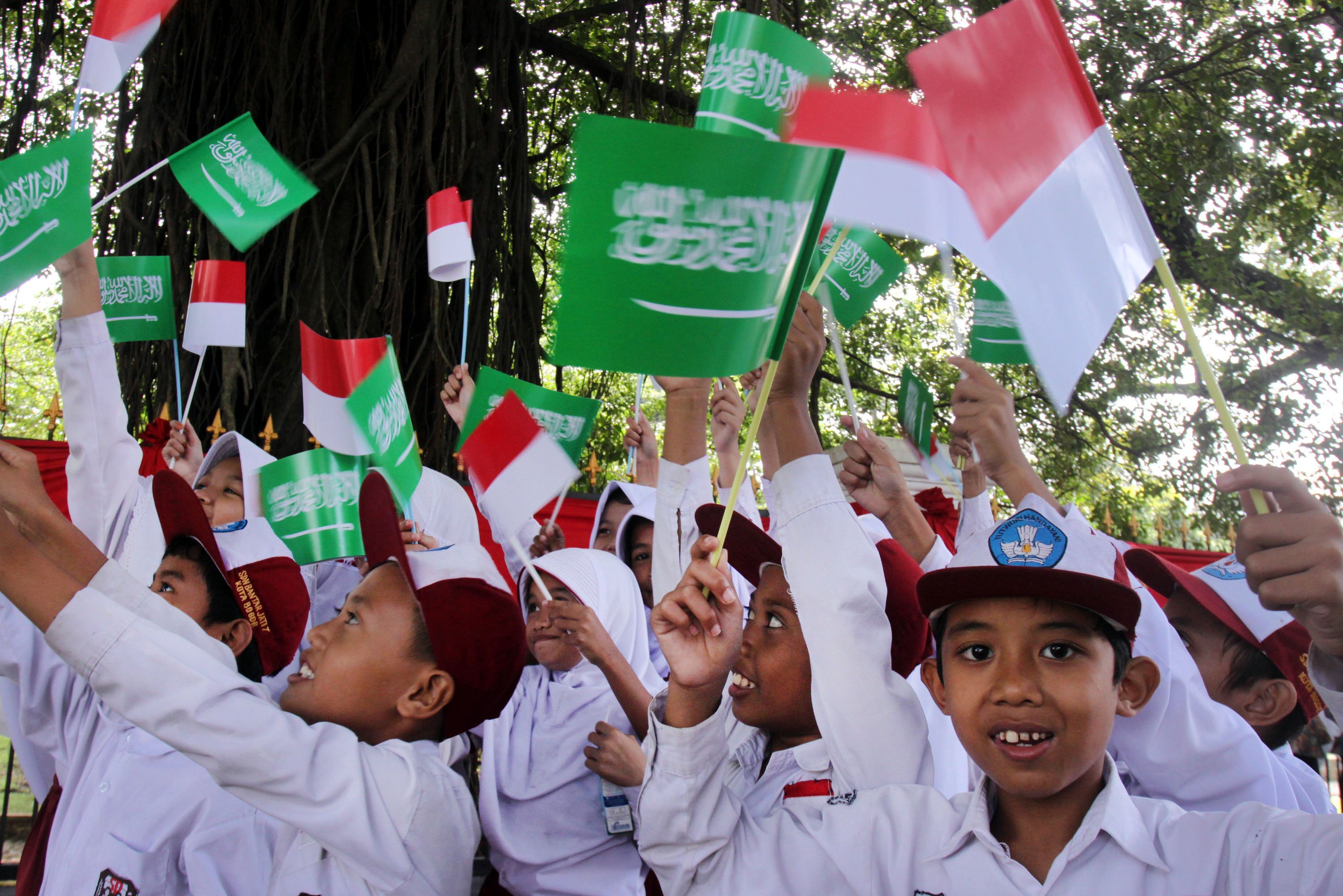 Sejumlah siswa Sekolah Dasar (SD) memegang bendera untuk menyambut kedatangan Raja Salman di sekitar Istana Bogor, Kota Bogor, Jawa Barat, Rabu (1/3). Warga Bogor antusias menyambut kedatangan Raja Arab Saudi, Salman bin Abdulaziz al-Saud dalam kunjungannya ke Istana Bogor.