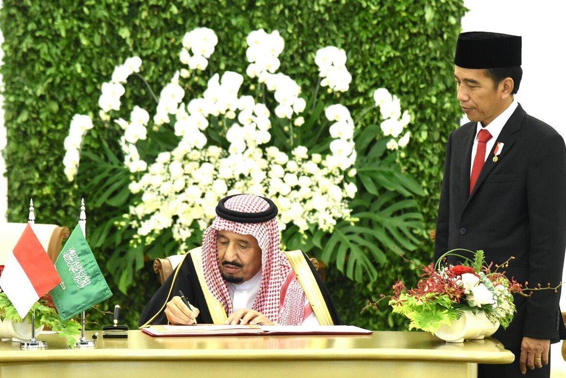 Presiden Joko Widodo menemani Raja Salman dari Arab Saudi saat di Istana Bogor, Jawa Barat, Rabu, (01/02).