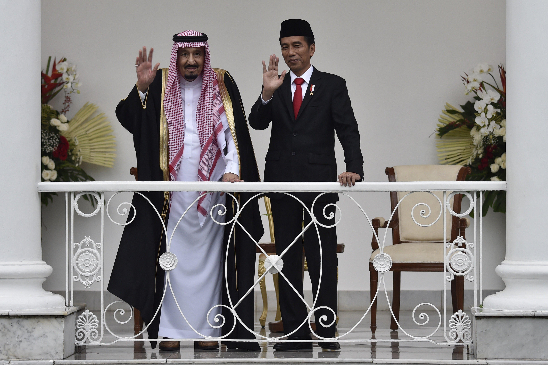 Presiden Joko Widodo dan Raja Arab Saudi Salman bin Abdulaziz Al-Saud (kiri) melambaikan tangan saat kunjungan kenegaraan, di beranda Istana Bogor, Jawa Barat, Rabu (1/3).