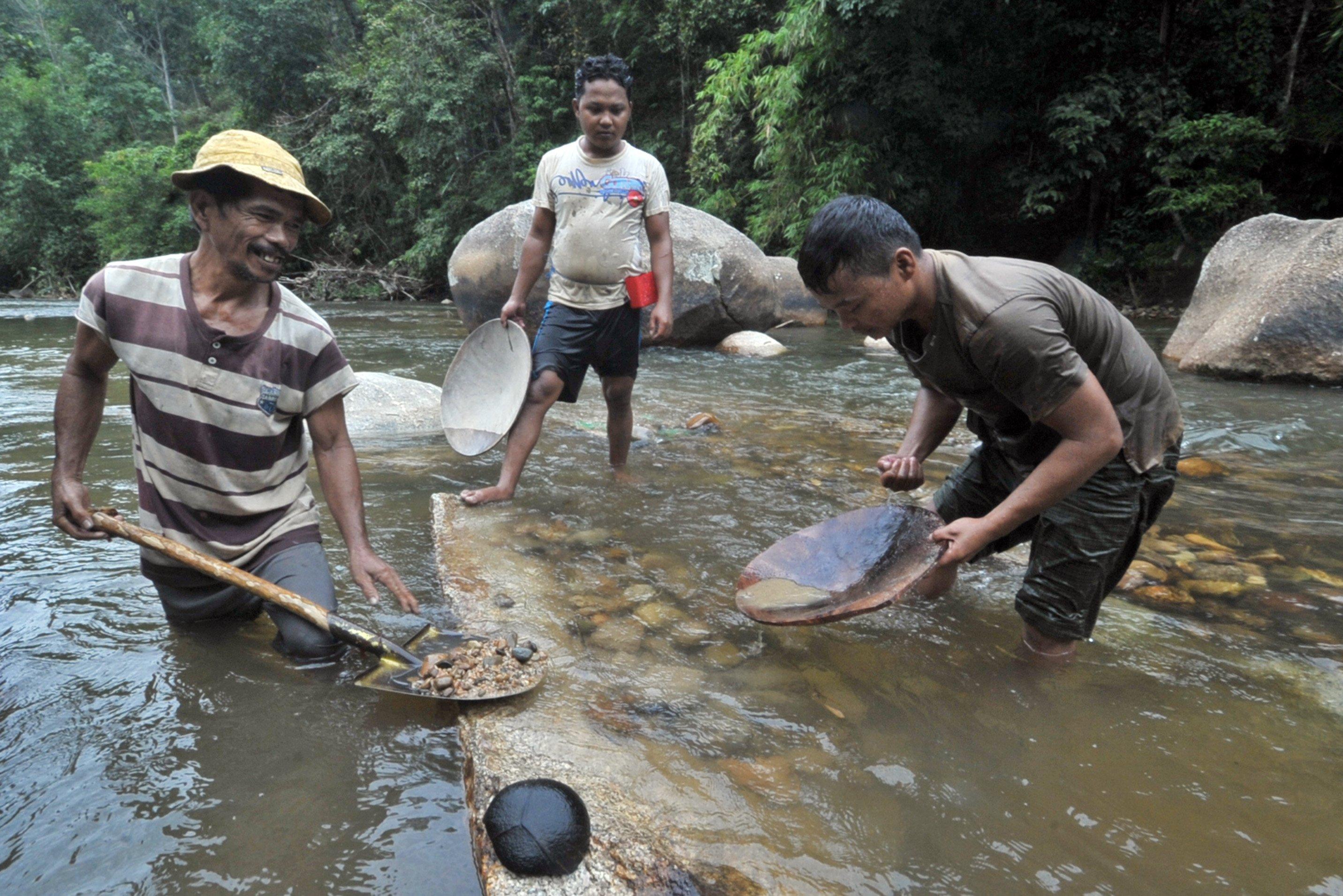 Warga mencari emas dengan mendulang di Sungai Batang Sumpur Lubuk Tasapik, Nagari Sisawah, Sumatera Barat.