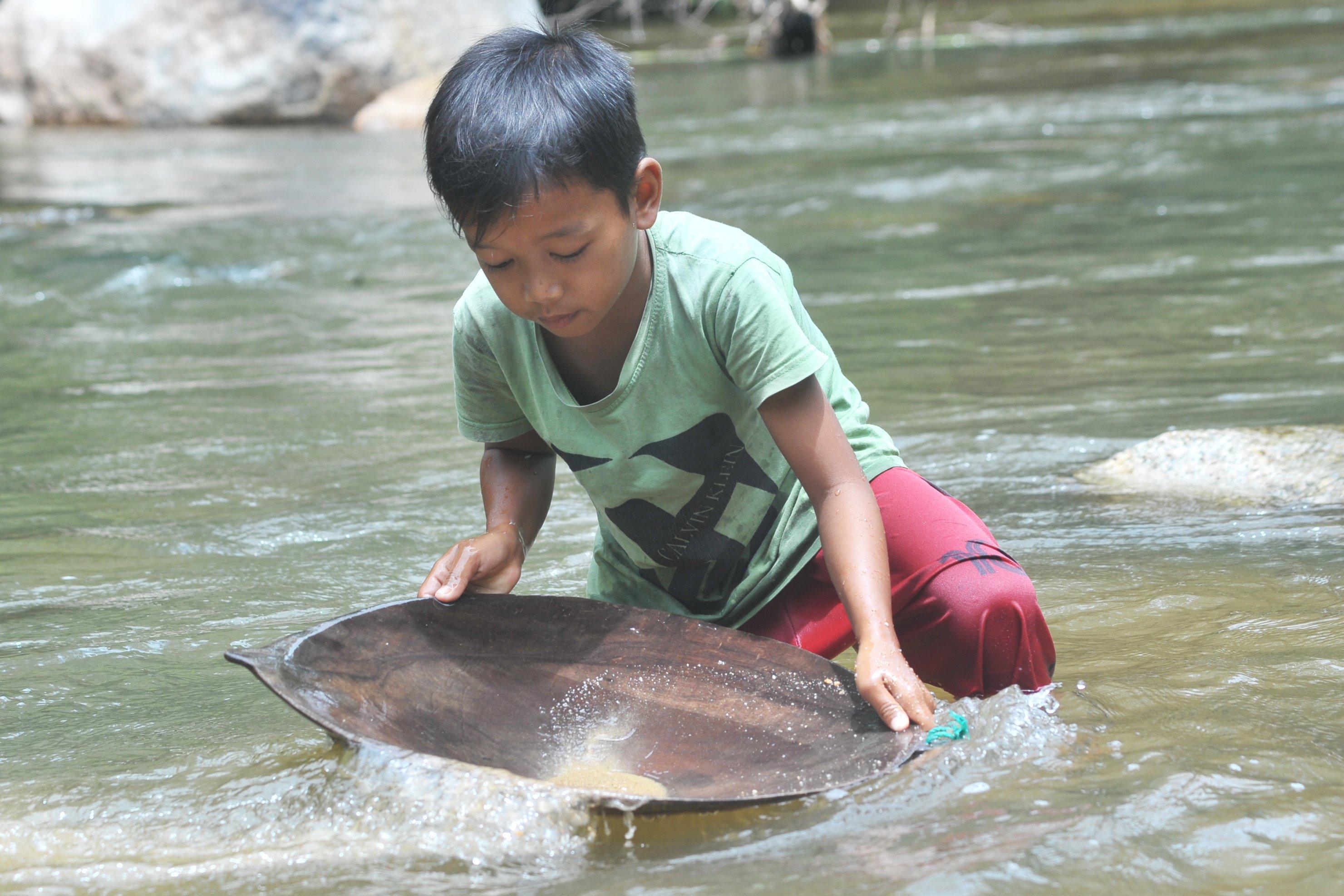 Anak-anak pun ikut serta mendulang emas di sungai itu. Anak-anak biasanya mendulang sepulang sekolah sambil bermain atau mandi-mandi.