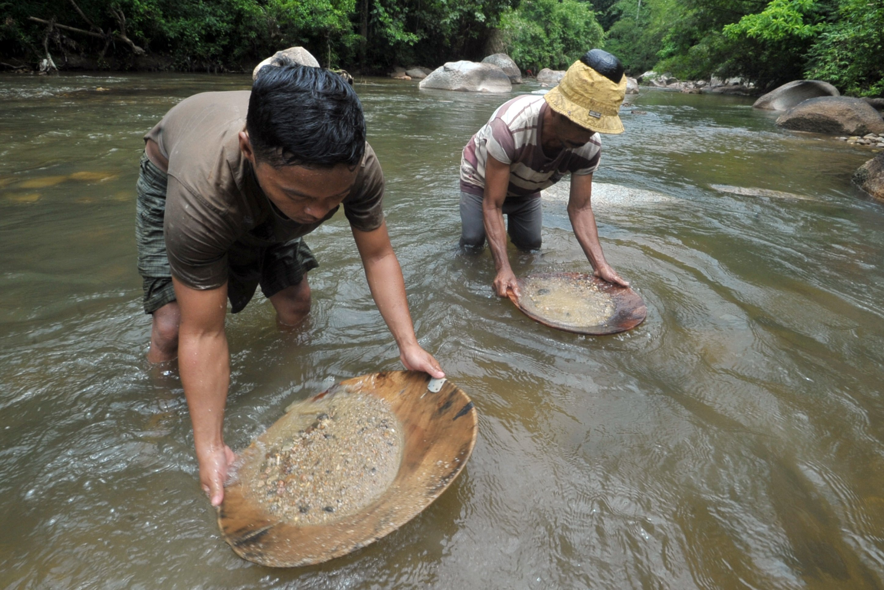 Mereka mencari emas secara tradisional dengan mendulang. Alat dulang yang mereka gunakan terbuat dari kayu berbentuk bulat dan biasanya disebut \
