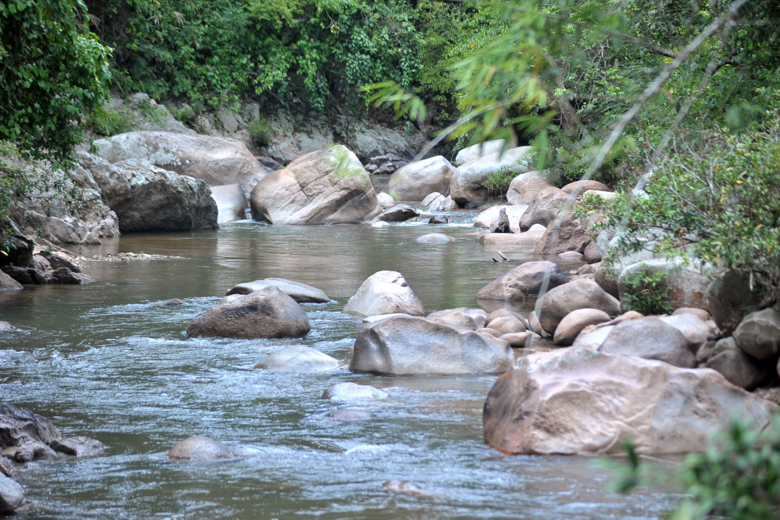 Aliran Sungai Batang Sumpur Lubuk Tasapik, Nagari Sisawah, Sumatera Barat, menyimpan kekayaan emas.