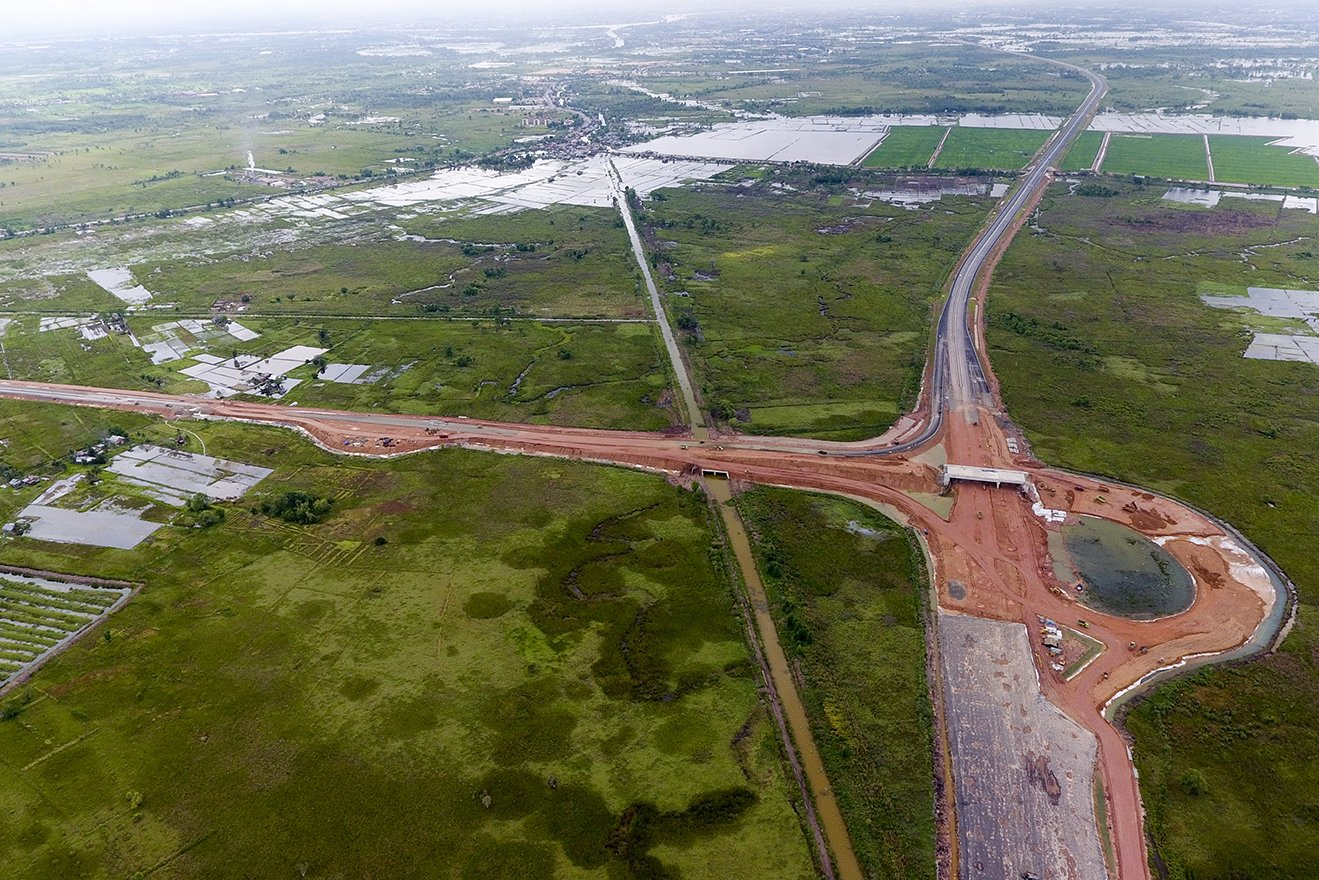 Foto udara pembangunan jalan tol Sumatera ruas Palembang-Indralaya (Palindra) Seksi I di Kecamatan Pemulutan, Ogan Ilir (OI), Sumatra Selatan, Rabu (31/5).