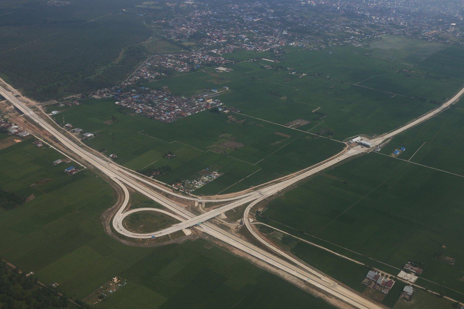 Foto udara pembangunan jalan tol Medan-Binjai, Sumatera Utara, Sabtu (6/5).