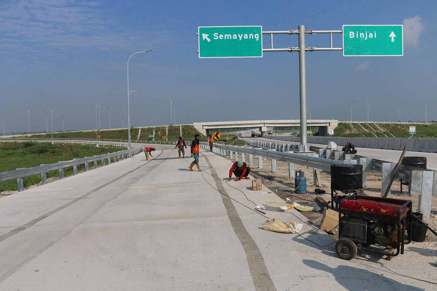 Pekerja menyelesaikan proyek pembangunan Jalan Tol Medan-Binjai seksi III, di Deli Serdang, Sumatera Utara, Sabtu (3/6).