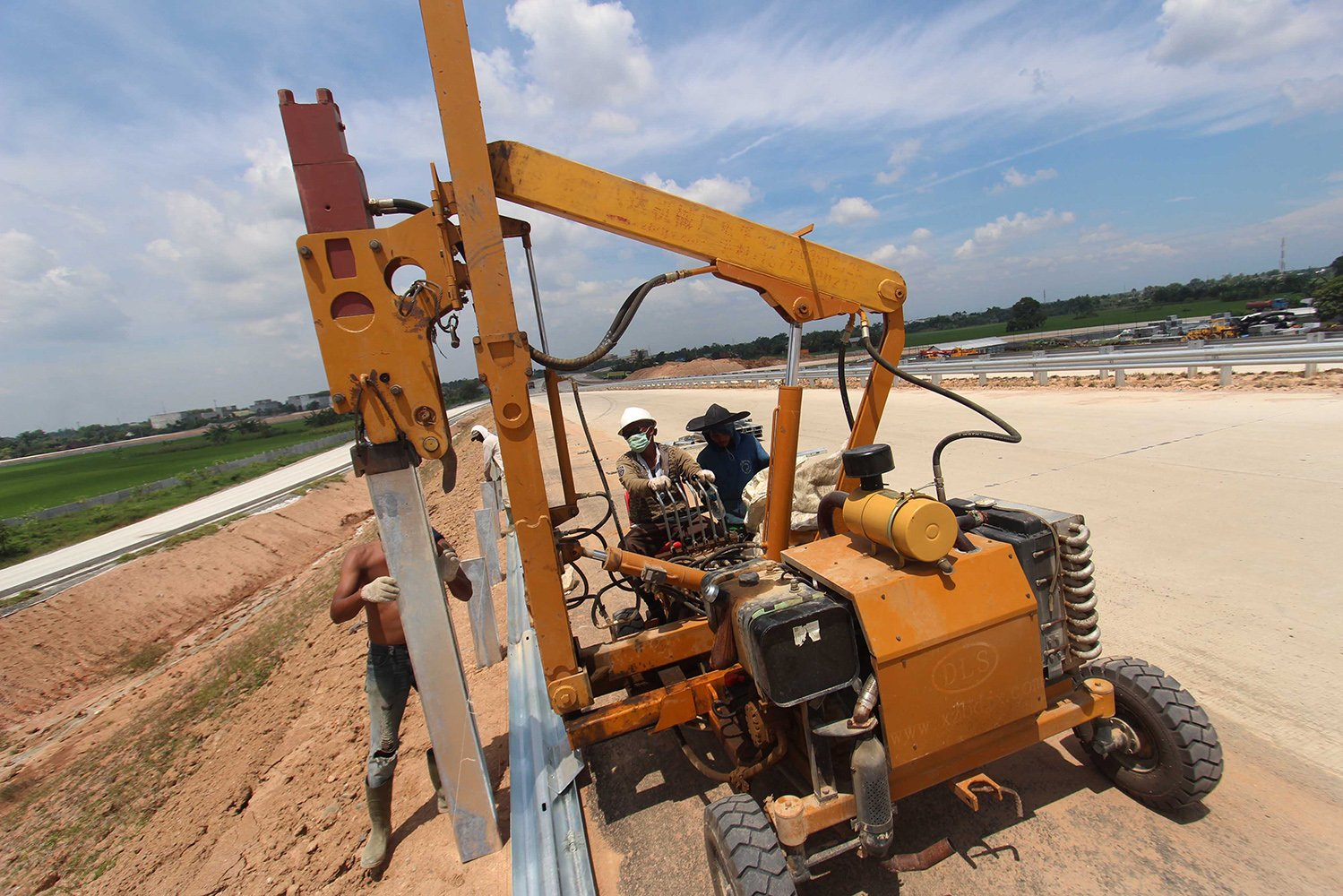 Pekerja menyelesaikan proyek pembangunan Jalan Tol Medan-Lubuk Pakam-Tebing Tinggi, di Deli Serdang, Sumatera Utara, Minggu (4/6).