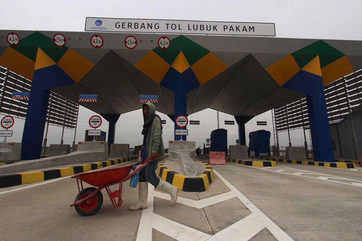 Gerbang tol ruas Lubuk Pakam-Medan-Tebing Tinggi yang telah selesai di Kabupaten Deli Serdang, Sumatera Utara, Selasa (9/5).
