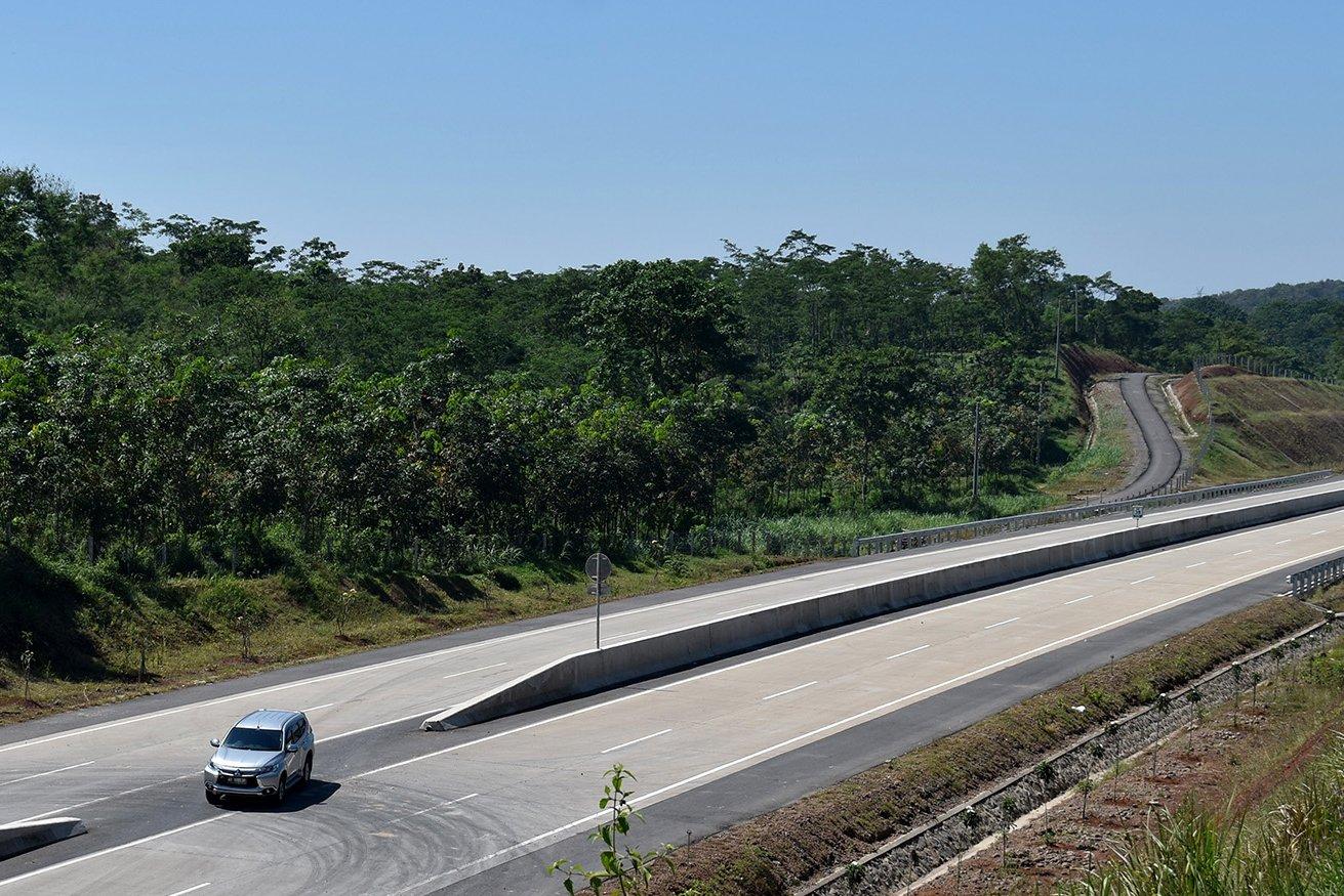 Pengendara mobil melintasi Tol Bawen-Salatiga yang belum difungsikan di Tuntang, Kabupaten Semarang, Jawa Tengah, Kamis (25/5).