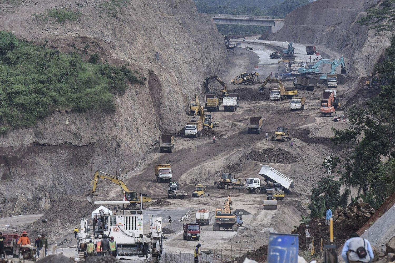 Pekerja menyelesaikan pembangunan proyek jalan Tol Bawen-Salatiga di Bawen, Semarang, Jawa Tengah, Minggu (28/5).