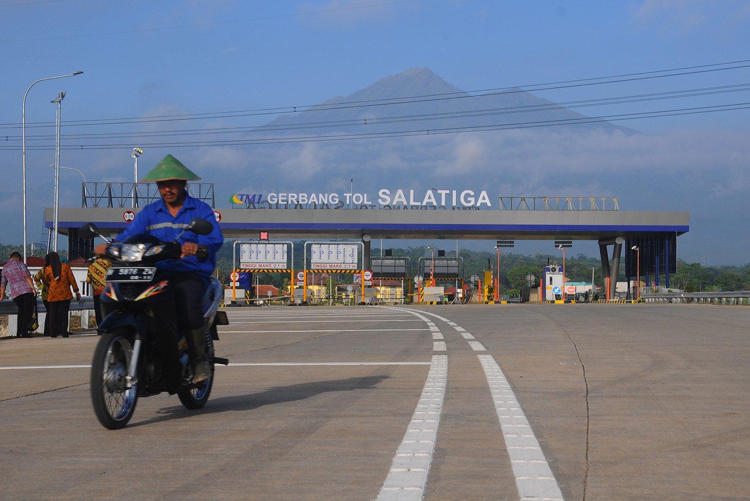 Gerbang tol Salatiga yang berlatar belakang Gunung Merbabu di Tingkir, Salatiga, Jawa Tengah, Kamis (8/6). Gerbang tol ini menjadi poros keluar dan masuk kendaraan dari Salatiga-Bawen.