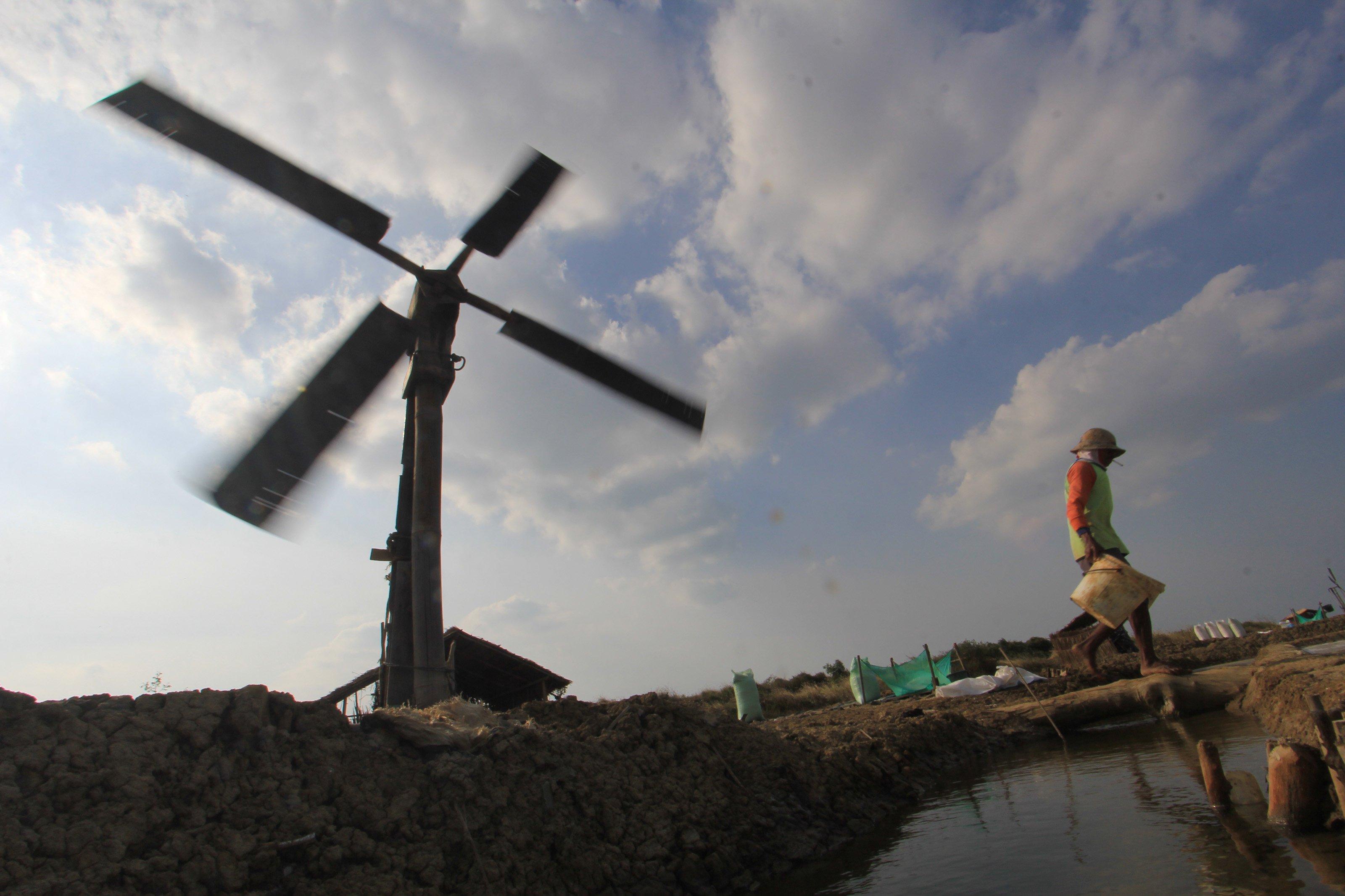 Suasana khas tambak garam, kincir angin untuk memompa air ke areal lahan garam.