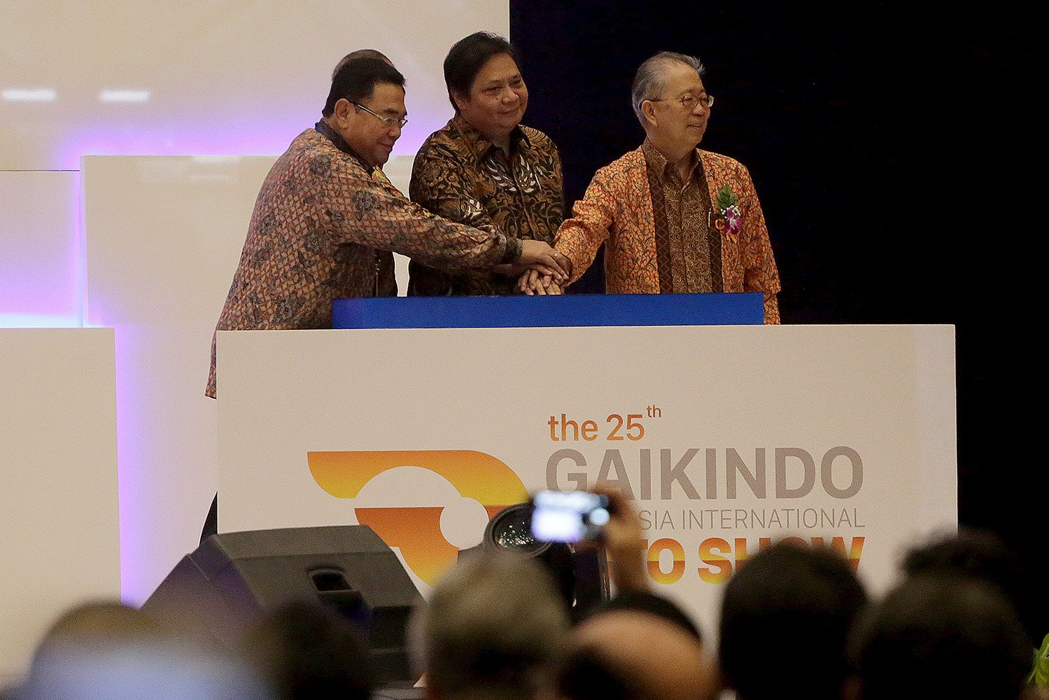 Menteri Perindustrian, Airlangga Hartanto, (tengah) dan Ketua Umum Gaikindo, Yohanes Nangoi (kanan) bersama membuka GIIAS 2017, Tangerang, Banten, Kamis, (10/08).