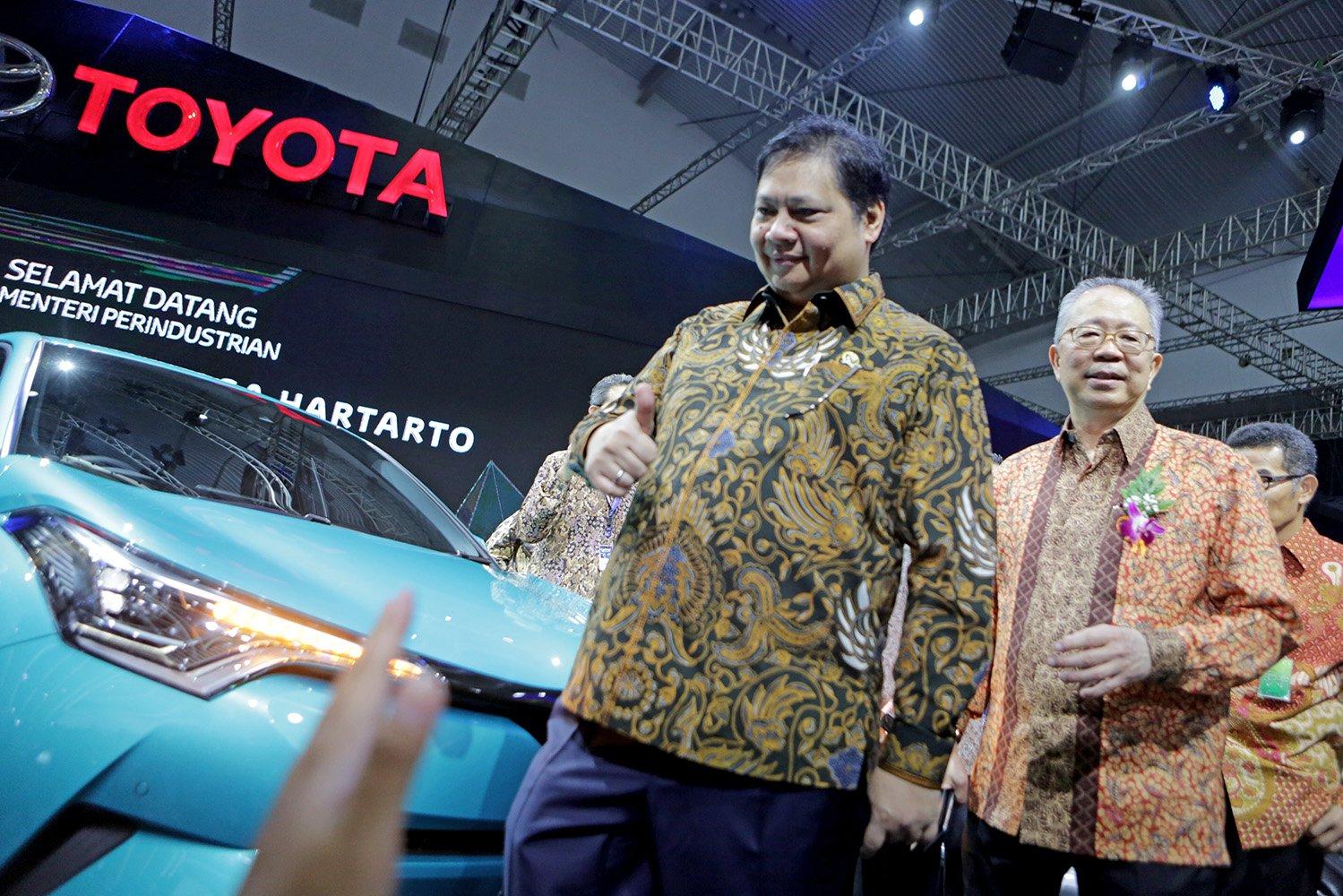 Menteri Perindustrian Airlangga Hartarto dan Ketua Umum Gaikindo, Yohanes Nangoi, saat meninjau stand pamer mobil Toyota di GIIAS 2017, Tangerang, Banten, Kamis (10/8)