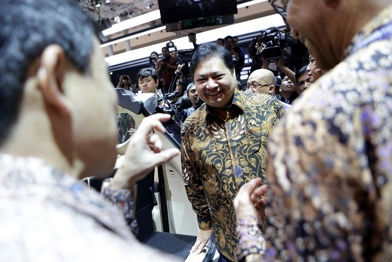 Menteri Perindustrian Airlangga Hartarto berbincang dengan peserta GIIAS 2017 di Tangerang, Banten, Kamis, (10/8)
