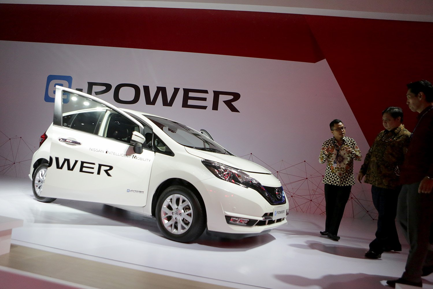 Menteri Perindustrian Airlangga Hartarto meninjau mobil listrik Nissan E-Power di ajang GIIAS 2017, Tangerang Banten, Kamis (10/8).