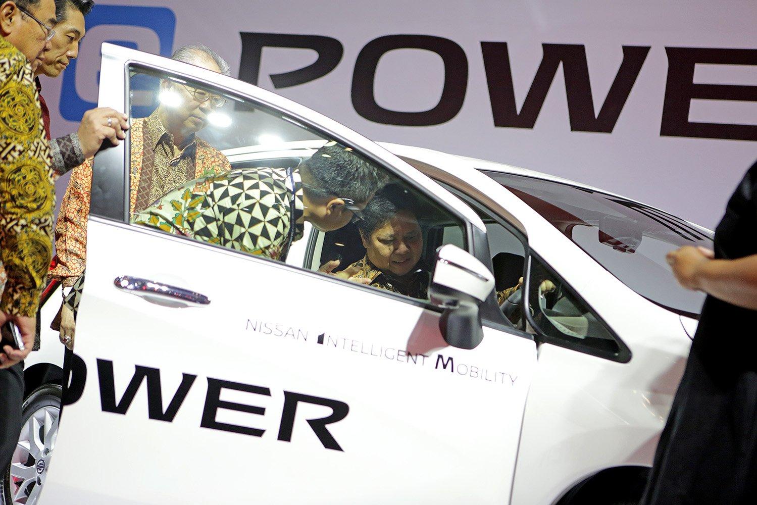 Menteri Perindustrian Airlangga Hartarto mencoba mobil listrik Nissan E-Power pada acara GIIAS 2017 di Tangerang Banten, Kamis (10/8)