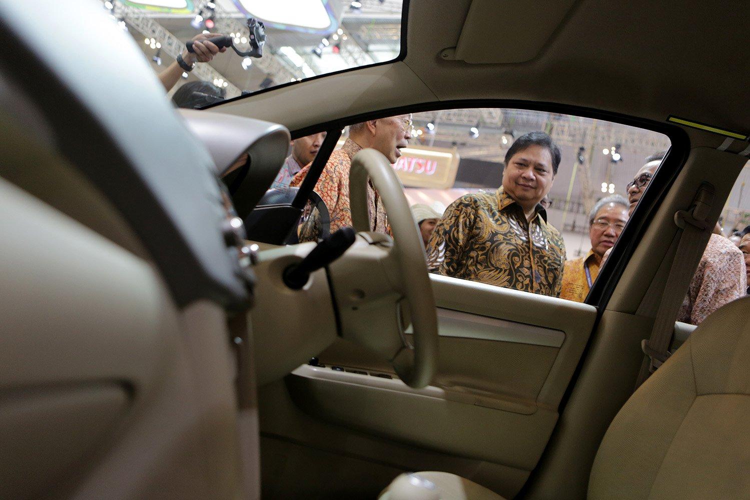 Menteri Perindustrian Airlangga Hartarto meninjau stand pamer mobil Suzuki pada ajang GIIAS 2017, di Tangerang, Banten, Kamis (10/8).