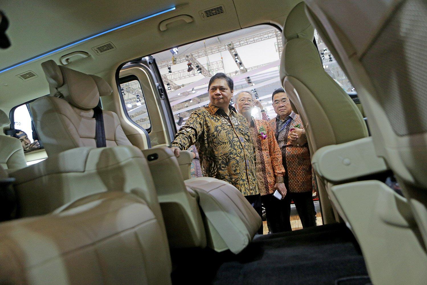 Menteri Perindustrian Airlangga Hartarto dan Ketua Umum Gaikindo Yohanes Nangoi, saat meninjau stand pamer KIA pada acara GIIAS 2017 di Tangerang, Banten, Kamis (10/8).