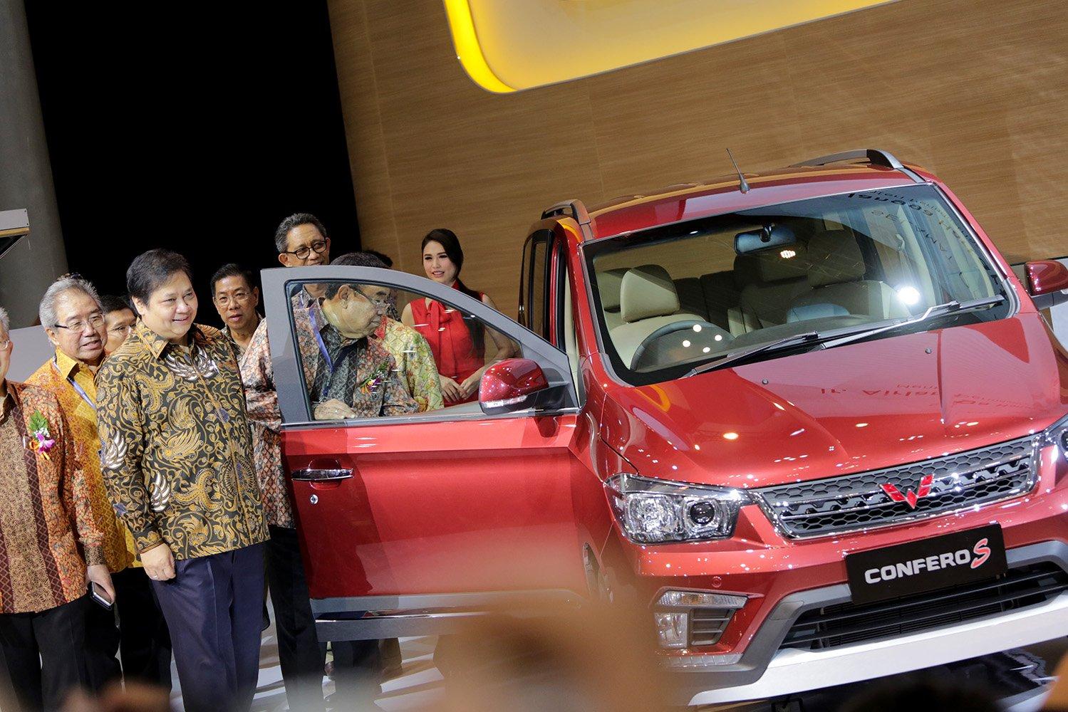 Menteri Perindustrian Airlangga Hartarto meninjau stand pamer mobil Wuling pada acara GIIAS 2017 di Tangerang, Banten, Kamis (10/8).