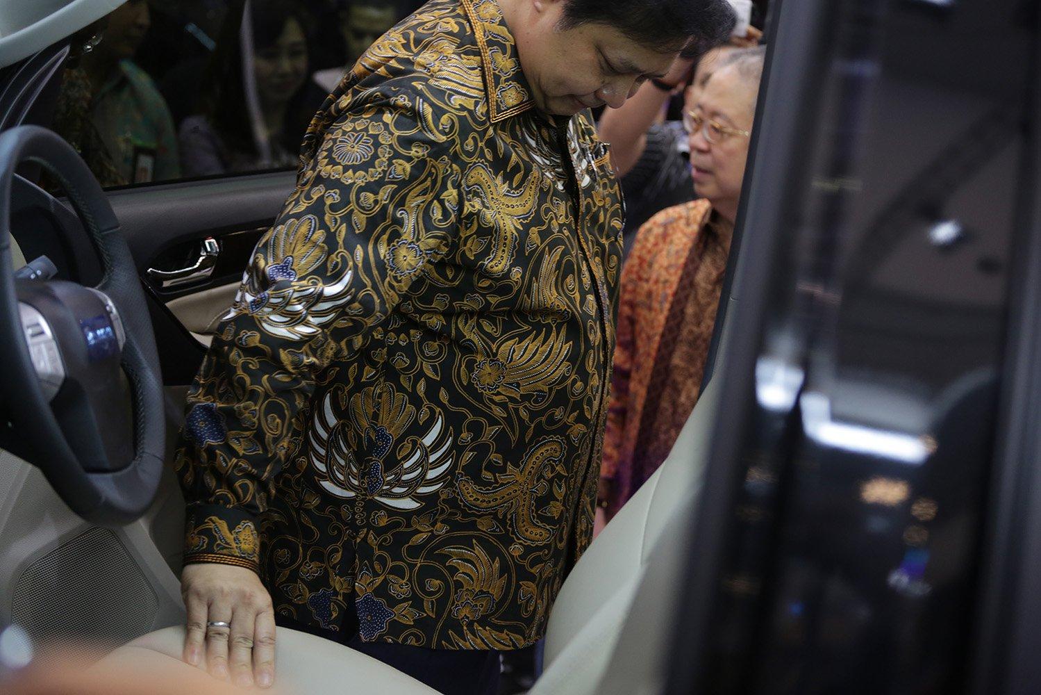 Menteri Perindustrian Airlangga Hartarto meninjau stand pamer mobil pada acara GIIAS 2017 di Tangerang, Banten, Kamis (10/8)