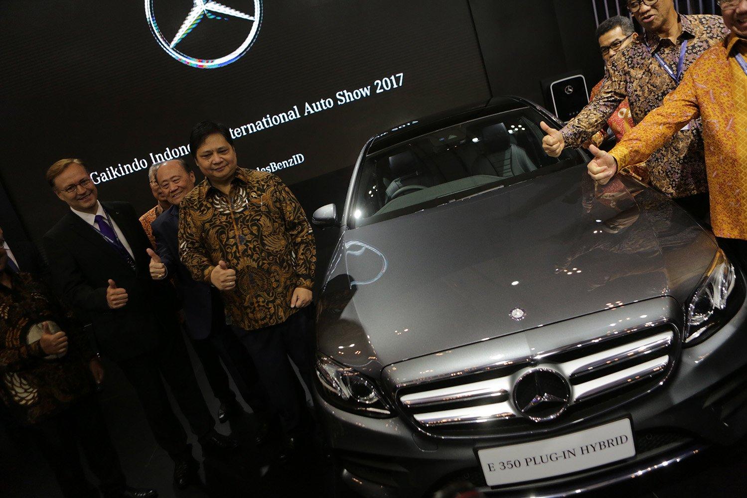 Menteri Perindustrian Airlangga Hartarto meninjau stand pamer mobil tipe Hybrid Mercedes Benz pada acara GIIAS 2017 di Tangerang, Banten, Kamis, (10/8).