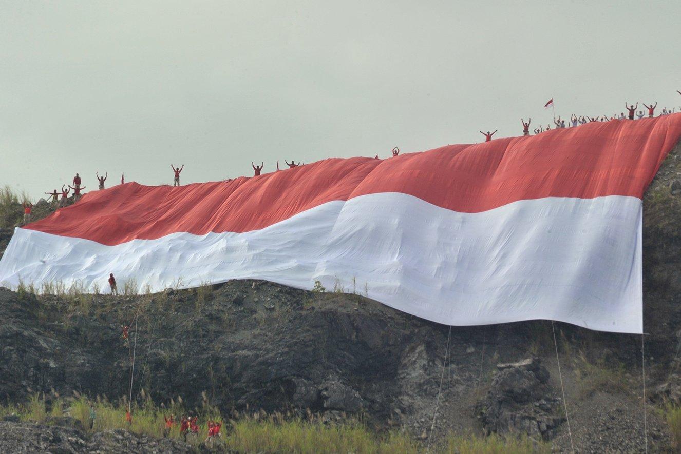 Warga mengikuti upacara bendera di Sungai Kalianyar, Banjarsari, Solo, Jawa Tengah, Kamis (17/8). Kegiatan upacara di sungai tersebut digelar untuk peringatan HUT Ke-72 RI sekaligus sebagai kampanye pelestarian sungai.