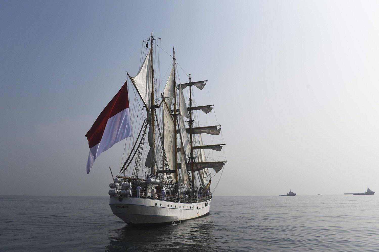 Bendera Merah Putih berkibar di atas KRI Dewaruci di Perairan Laut Jawa, Kamis (17/8). KRI Dewaruci menyelenggarakan upacara HUT ke-72 RI di atas kapal untuk pertama kali.
