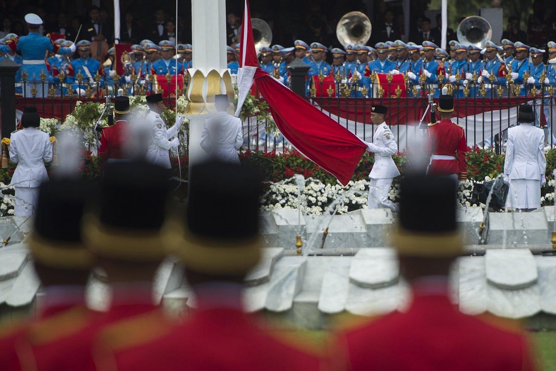 Paskibraka mengibarkan duplikat Sang Saka Merah Putih dalam upacara peringatan detik-detik proklamasi kemerdekaan RI di Istana Merdeka, Jakarta, Kamis (17/8). HUT ke-72 RI mengambil tema Indonesia Kerja Bersama.