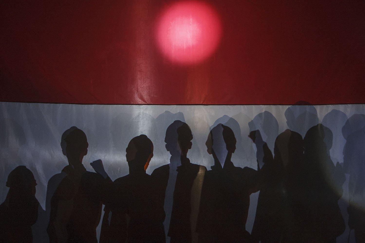 Peserta mengikuti upacara bendera di dalam Gua Jlamrong, Desa Ngeposari, Semanu, Gunungkidul, DI Yogyakarta, Kamis (17/8). Kegiatan yang diikuti warga dan penggiat alam bebas tersebut untuk memperingati HUT ke-72 RI.