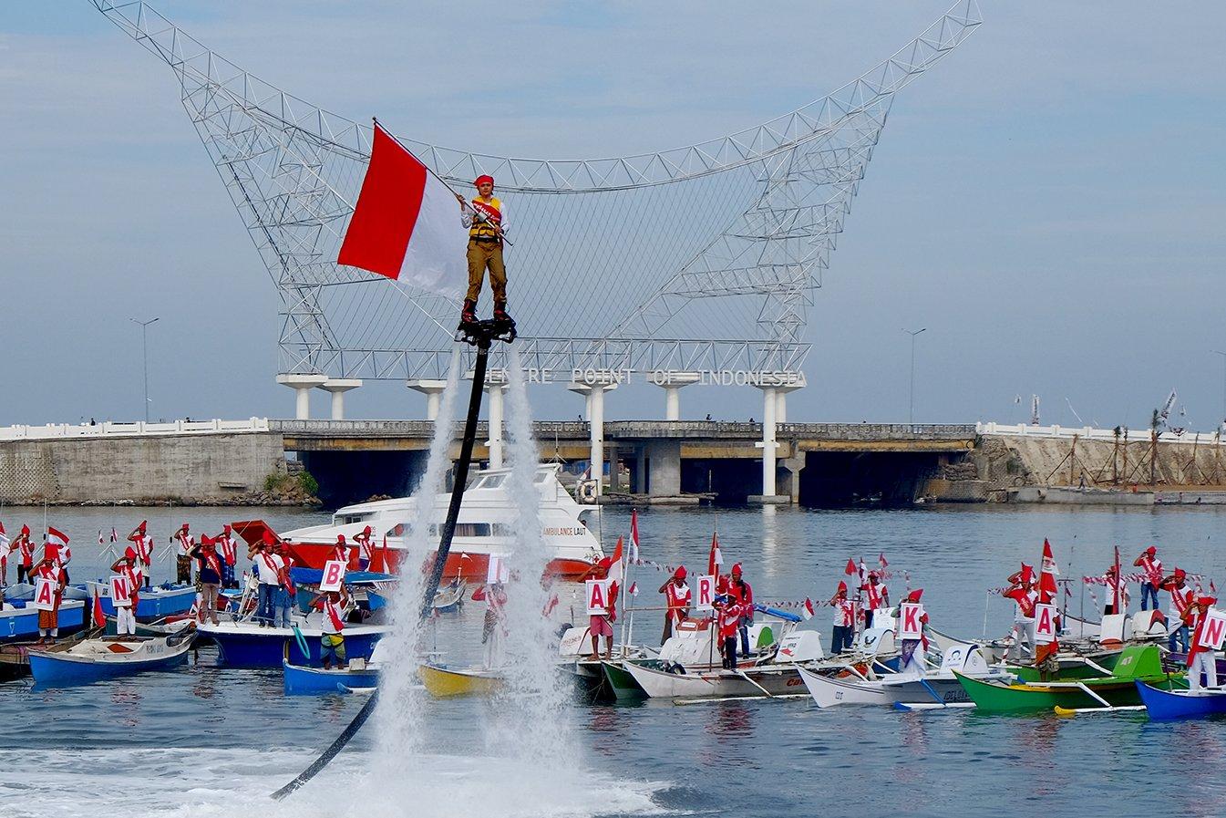Sejumlah nelayan melaksanakan upacara pengibaran bendera di Pantai Losari, Makassar, Kamis (17/8). Acara yang diikuti ratusan nelayan itu dalam rangka memperingati HUT ke-72 RI.