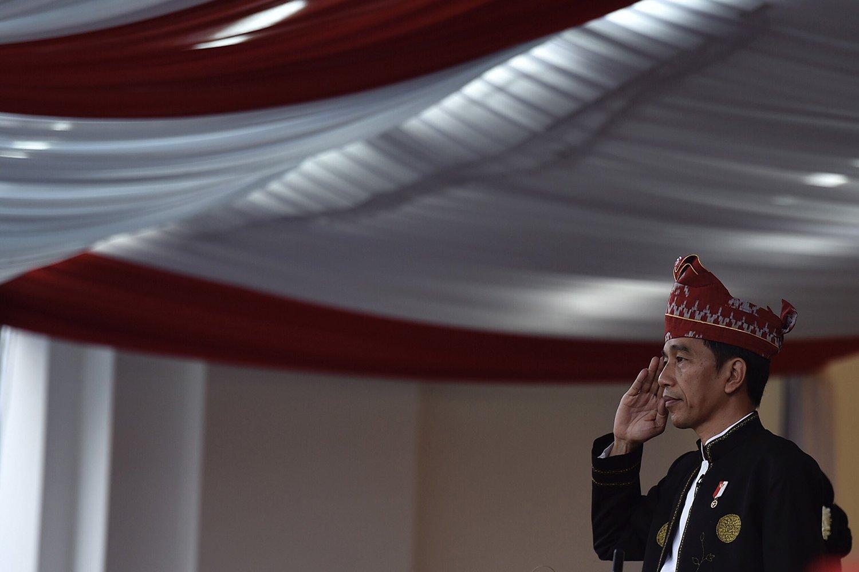 Presiden Joko Widodo memberi hormat saat upacara penurunan bendera Merah Putih dalam rangka HUT ke-72 RI di istana Merdeka, Jakarta, Kamis (17/8).