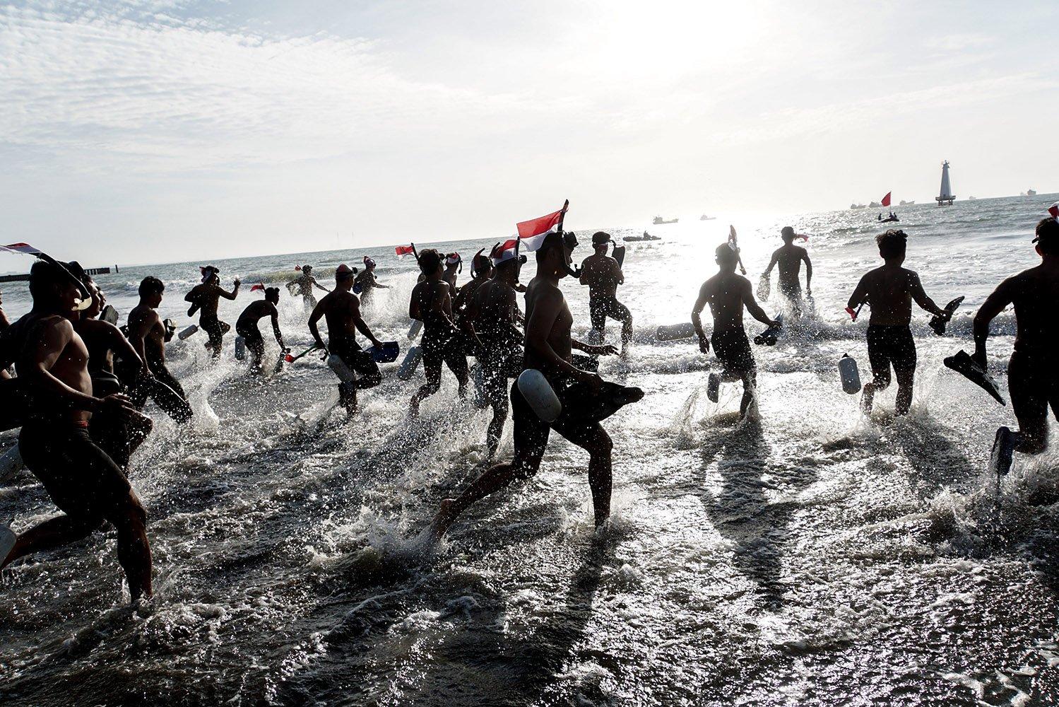 Anggota Detasemen Jala Mangkara (Denjaka), berlari menuju laut untuk melakukan renang sejauh 10km, saat perayaan HUT ke-72 RI, di Pantai Teluk Penyu, Cilacap, Jawa Tengah, Kamis (17/8). Sebanyak 75 anggota Detasemen Jala Mangkara (Denjaka) yang merupakan detasemen pasukan khusus TNI Angkatan Laut, merayakan hari kemerdekaan dengan berenang sejauh 10km, dan melakukan upacara bersama nelayan disertai dengan pengibaran bendera merah putih di mercusuar.