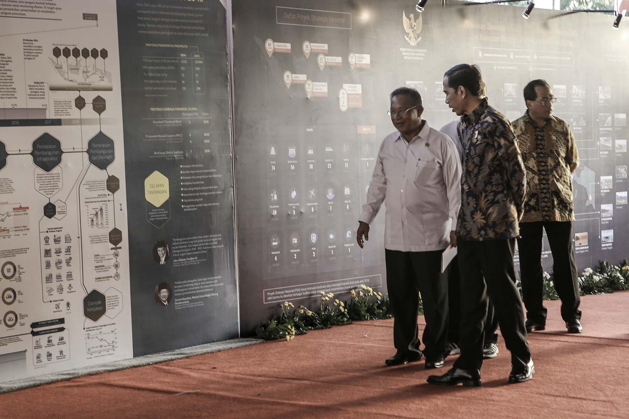 Presiden Joko Widodo ditemani Menteri Koordinator Perekonomian Darmin Nasution menyaksikan infografik raksasa \