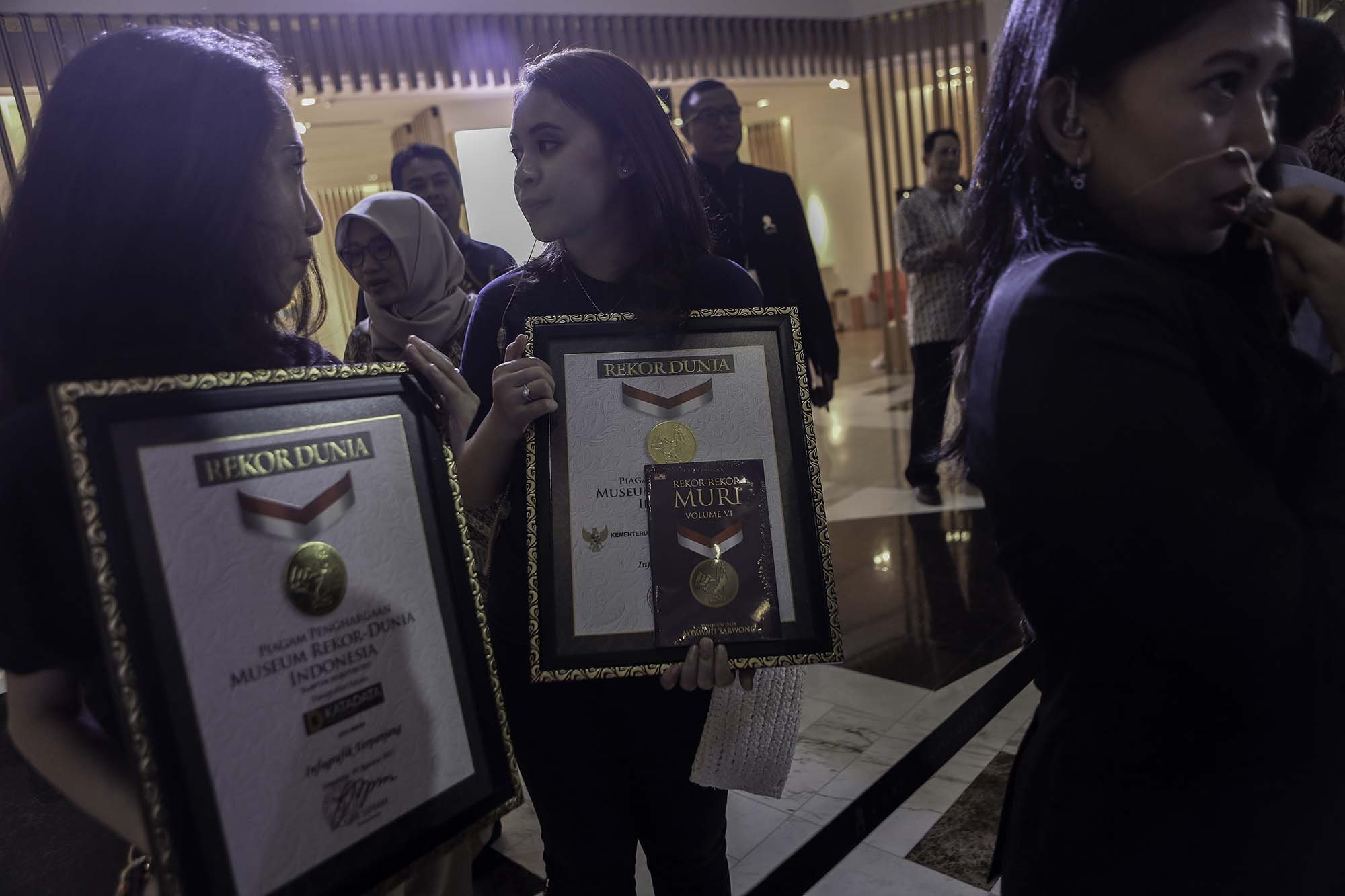Museum Rekor Indonesia (MURI) memberikan piagam atas rekor infografik terpanjang tentang perjalanan ekonomi Indonesia 1945-2017. Tampilan visual berukuran 1,8 x 17 meter ini menjelaskan tentang sejarah perekonomian Indonesia pasca-kemerdekaan.